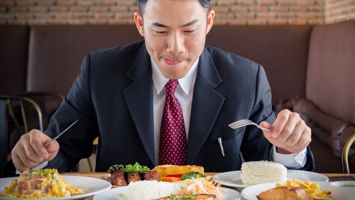 Việc ăn uống thiếu khoa học, lạm dụng đồ ăn nhanh có thể là nguyên nhân gây mất ngủ ở tuổi trung niên