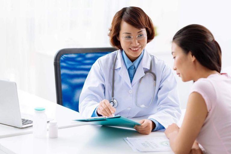 Khi nổi mẩn ngứa vào ban đêm kèm theo các triệu chứng bất thường, bạn cần gặp bác sĩ ngay
