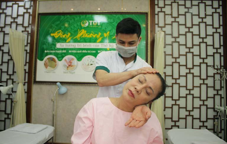 Nghệ sĩ ưu tú Hương Dung điều trị mất ngủ tại Trung tâm Thuốc dân tộc