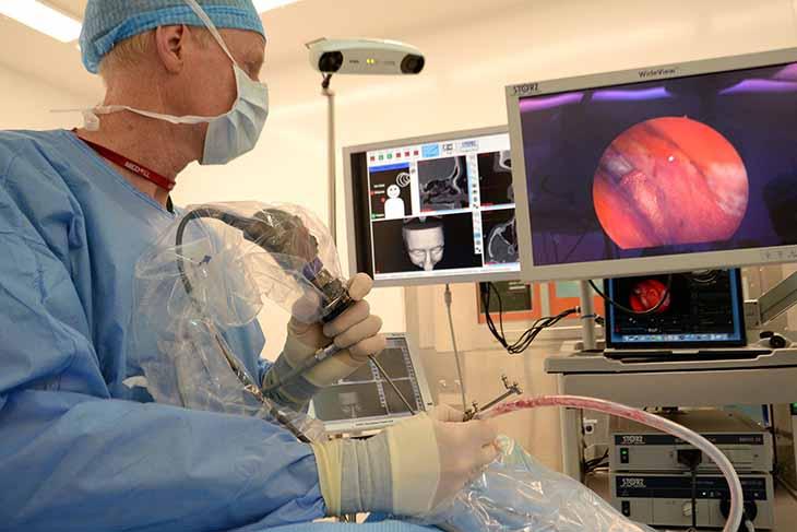 Trường hợp viêm mũi dị ứng mãn tính thì cần phải có sự can thiệp của phẫu thuật để điều trị dứt điểm