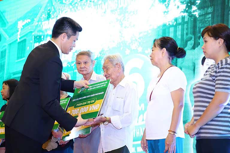 Ông Nguyễn Quang Hưng trao quà cho đại diện gia đình chính sách tại địa phương