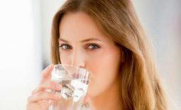 Súc miệng bằng nước muối thường xuyên giúp trị viêm họng hiệu quả