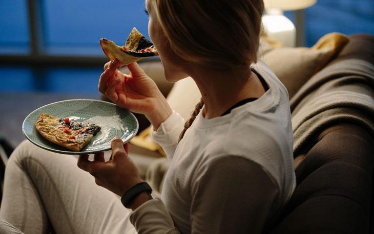 Thói quen ăn khuya là một trong những nguyên nhân mất ngủ ở người trẻ tuổi