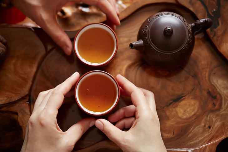 Tính cay, nóng của trà gừng giúp làm dịu triệu chúng ở người bệnh