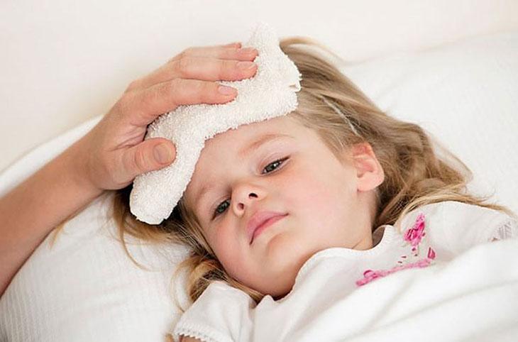 Trẻ bị viêm họng thường có biểu hiện sốt
