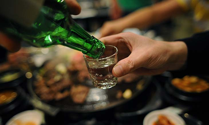 Uống nhiều bia rượu gây viêm loét dạ dày, tổn thương hệ tiêu hoá, hình thành các cơn đau vùng thượng vị