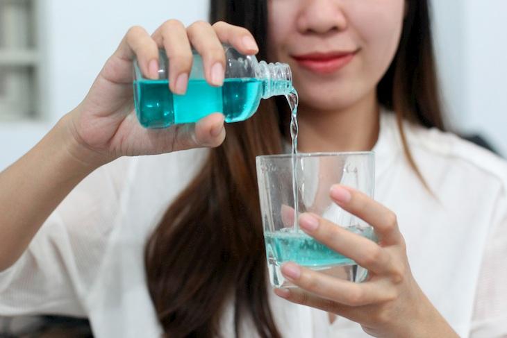 Nên dùng thuốc súc họng thường xuyên để triệu chứng bệnh giảm nhanh chóng