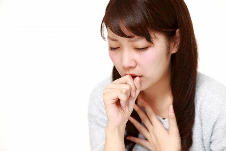 Sốt cao, ho, đau rát họng là các triệu chứng thường gặp khi bị viêm họng cấp