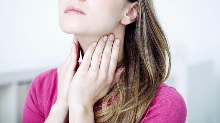 Người bệnh bị viêm họng có đốm trắng thường có biểu hiện đau rát cổ họng dữ dội