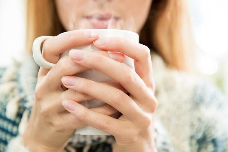 Uống nhiều nước bổ sung độ ẩm cho cổ họng