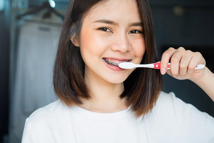 Vệ sinh răng miệng cải thiện viêm họng hôi miệng hiệu quả