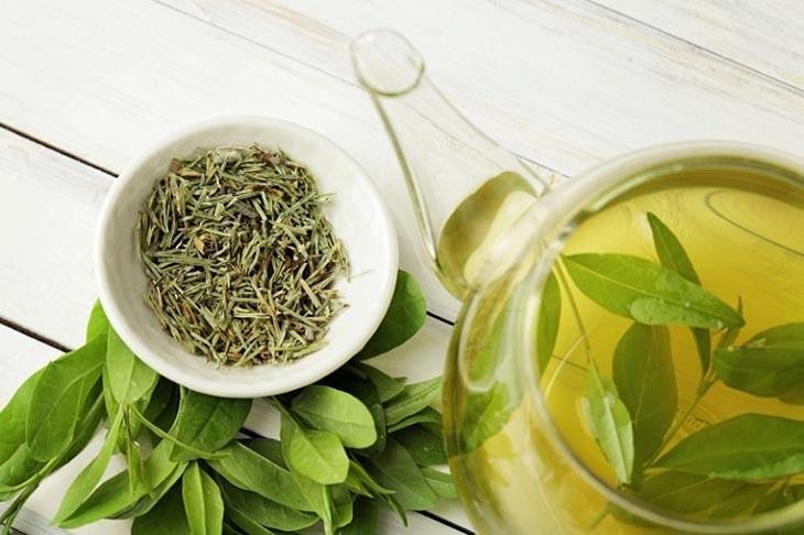 Uống nước trà xanh hàng ngày cải thiện triệu chứng bệnh