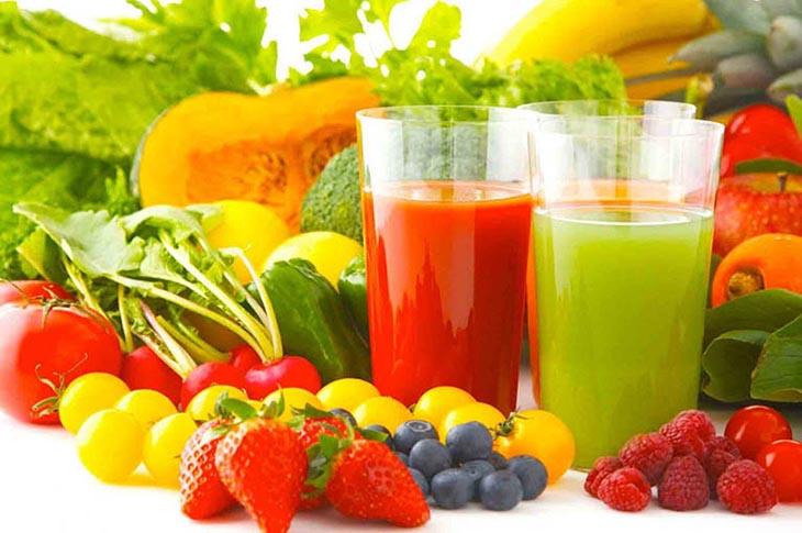 Uống nước ép hoa quả, rau củ tươi hỗ trợ cải thiện các triệu chứng bệnh
