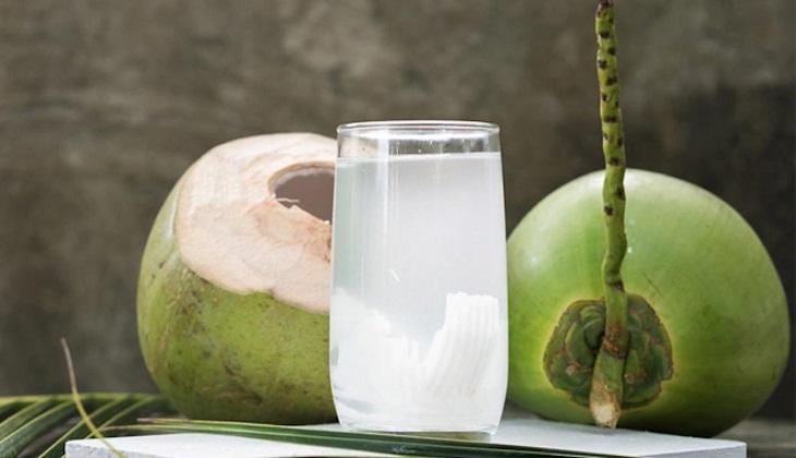 Dùng nước dừa cải thiện viêm họng hiệu quả