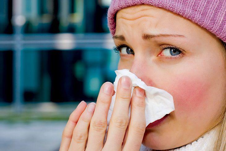 Khí lạnh từ máy điều hòa khiến người bệnh nhức mũi, sổ mũi