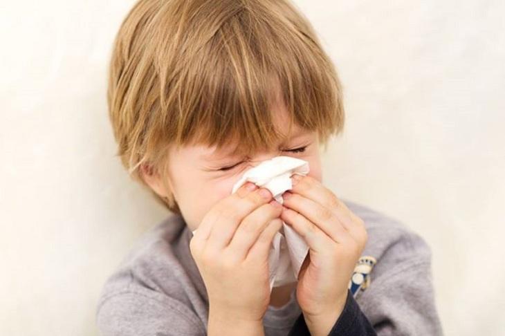 Trẻ bị viêm mũi xuất tiết do sức đề kháng kém, hệ miễn dịch chưa hoàn thiện