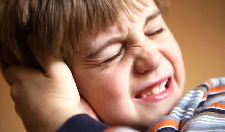 Đau trong tai khiến trẻ rất khó chịu, cha mẹ nên để ý