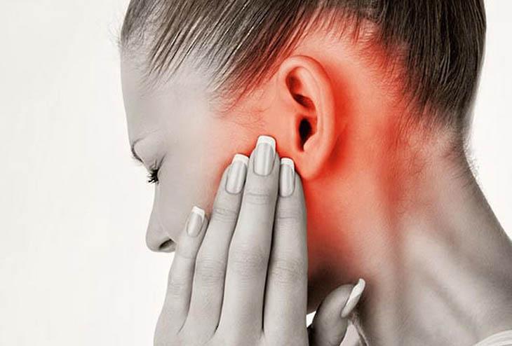 Viêm tai giữa không chảy mủ cũng gây ra các khó chịu, đau đớn cho người bệnh