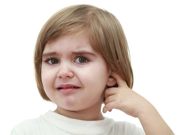 Bệnh viêm tai giữa ở trẻ có nhiều biểu hiện như sốt, đau tai,...