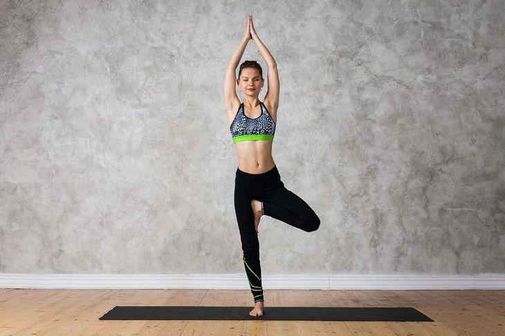 Bài tập Yoga trị viêm mũi dị ứng: Vrikshasana (Tư thế cây xanh)