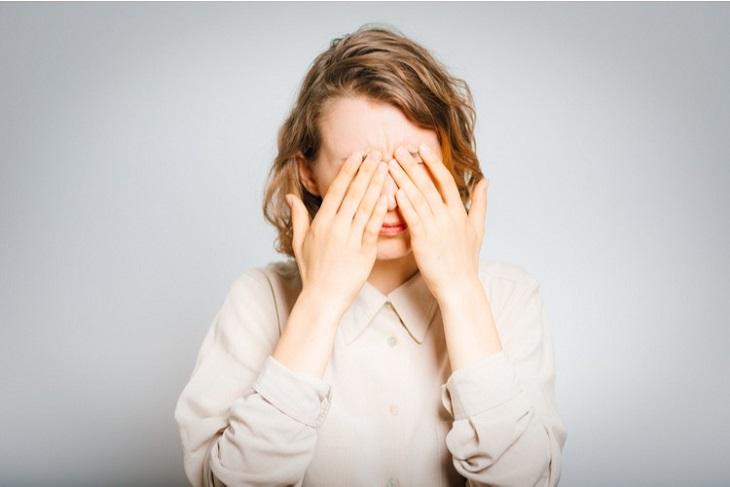 Bệnh khởi phát chủ yếu do sự tấn công của vi khuẩn, virus gây cảm giác đau nhức, khó chịu