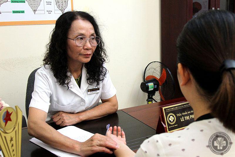 Bác sĩ Lê Phương có hơn 40 năm kinh nghiệm khám và điều trị bằng YHCT