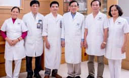 PGS, TS Nguyễn Thọ Lộ (thứ 4 từ trái sang) cùng các đồng nghiệp