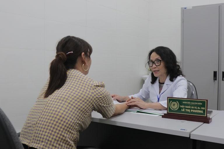 Bác sĩ Lê Phương chẩn mạch theo phương pháp y học cổ truyền
