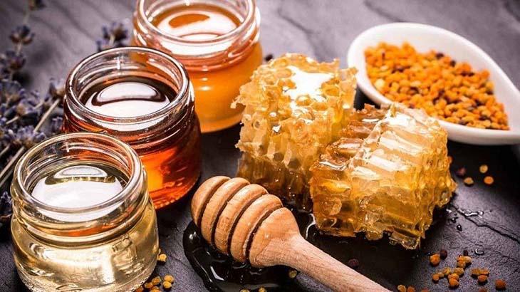 Trong mật ong chứa vitamin nhóm B, C, E, K… đều là những vitamin tốt cho làn da, giúp kháng khuẩn, giảm viêm.