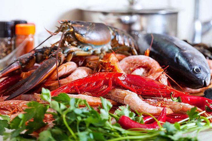 Hải sản, tôm, cua,... là những món ăn hấp dẫn, tuy nhiên lại không có lợi với những người mắc bệnh viêm da, á sừng