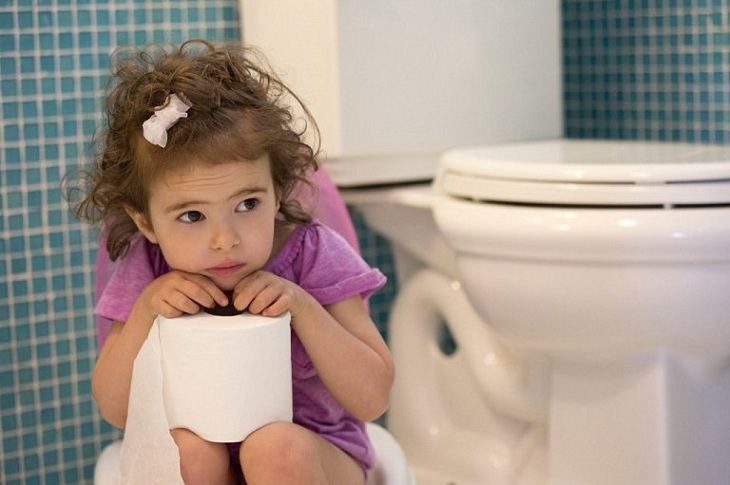 Một trong những triệu chứng bệnh trĩ ở trẻ là bé đi vệ sinh rất lâu