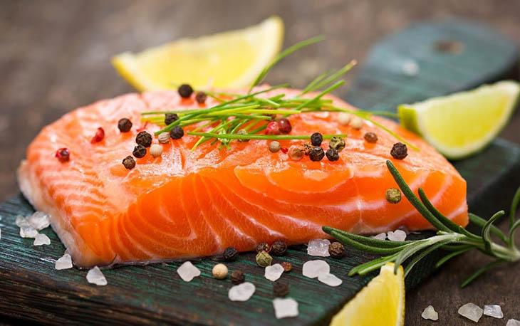 Omega 3 trong nhiều loại các biển có công dụng điều chỉnh sản sinh chất nhờn ngoài da