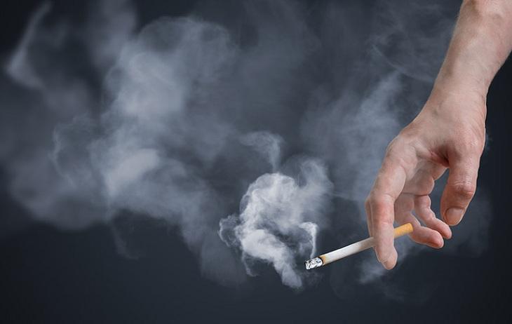 Hút thuốc lá là một trong những yếu tố làm tăng nguy cơ mắc vảy nến