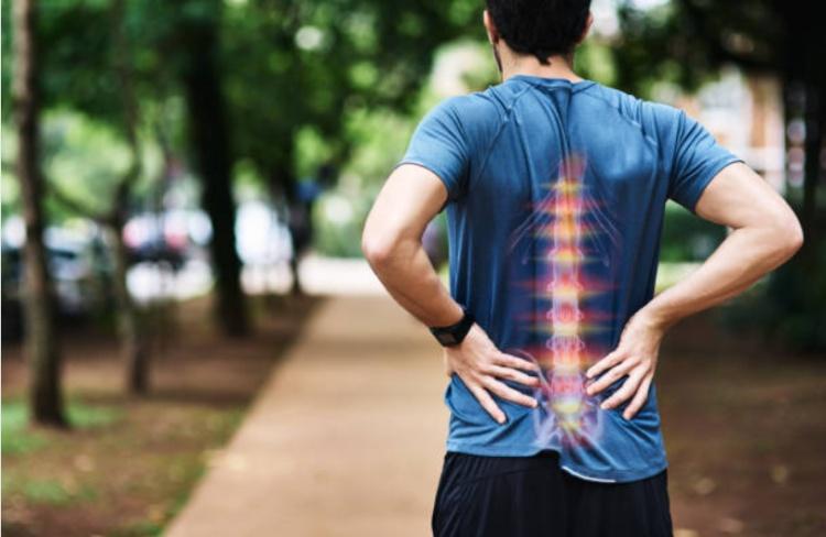 Sau khi mổ thoát vị đĩa đệm nhưng người bệnh vẫn có thể cảm nhận những cơn đau ở vùng thắt lưng.