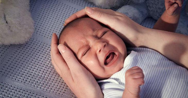 Trẻ hay gắt gỏng, tỉnh giấc và khó ngủ tiếp là dấu hiệu điển hình khi trẻ sơ sinh khó ngủ