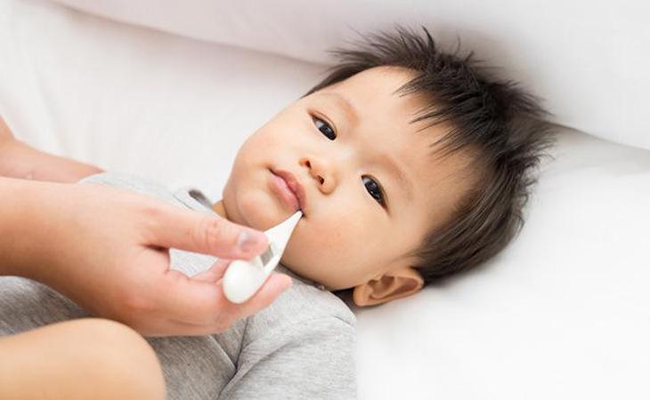 Kẹp nhiệt độ thường xuyên đề phòng bé sốt lại
