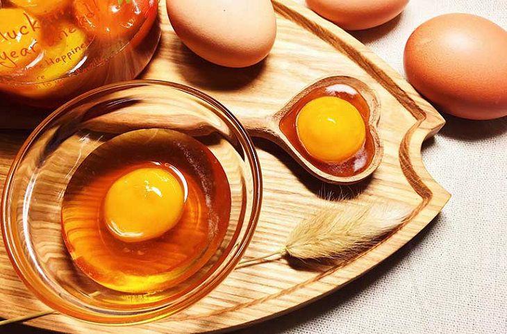Bôi lòng đỏ trứng gà lên vùng da mắc bệnh vảy nến
