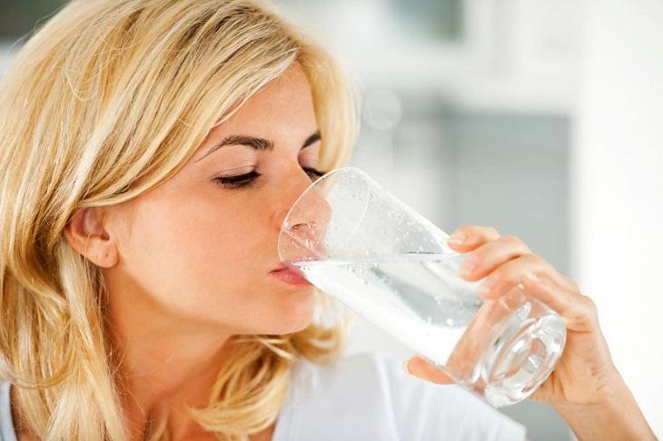 Uống đủ nước mỗi ngày để cung cấp độ ẩm cho da và cơ thể