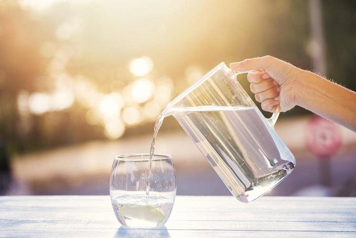 Cần cung cấp đủ nước để giảm tình trạng khô da khi bị viêm