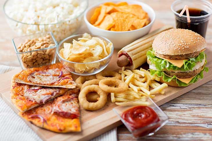 Người bị viêm dạ dày cấp nên tránh sử dụng thực phẩm nhiều dầu mỡ, thức ăn nhanh