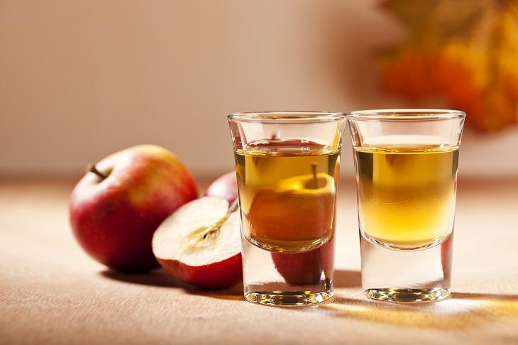 Dùng giấm táo là mẹo dân gian được đông đảo người bệnh tin tưởng chữa các chứng bệnh về da