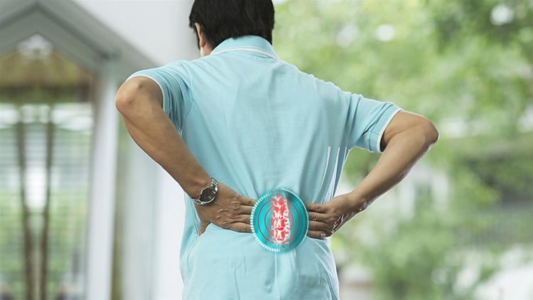 Lồi đĩa điểm L5 S1 khiến đau âm ỉ, khó chịu vùng thắt lưng.