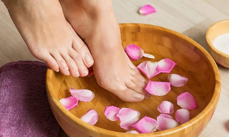 Ngâm chân là mẹo chữa rối loạn tiền đình tại nhà đơn giản ai cũng có thể thực hiện được