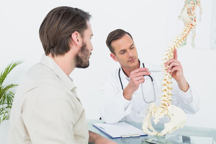 Người bệnh nên đến bệnh viện uy tín và tham vấn ý kiến bác sĩ điều trị trước khi thực hiện mổ thoát vị đĩa đệm.