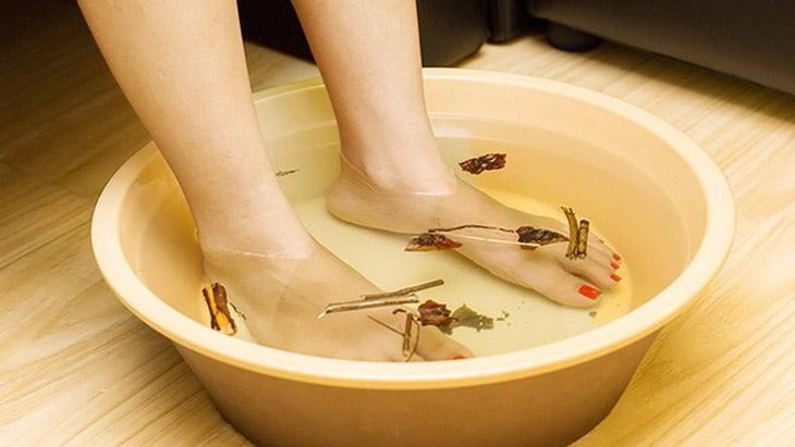 Ngâm chân với nước ấm trước khi đi ngủ giúp giảm căng thẳng, đau đầu hiệu quả