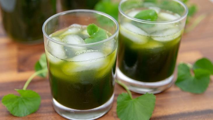 Uống rau má hỗ trở thải độc từ bên trong, cải thiện da
