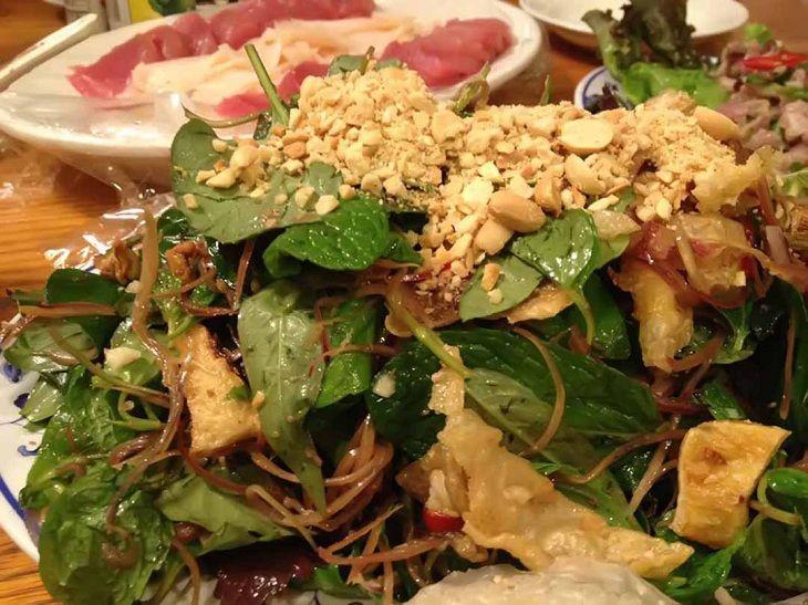 Món salad rau diếp cá giúp đổi vị và chữa bệnh trĩ khá tốt