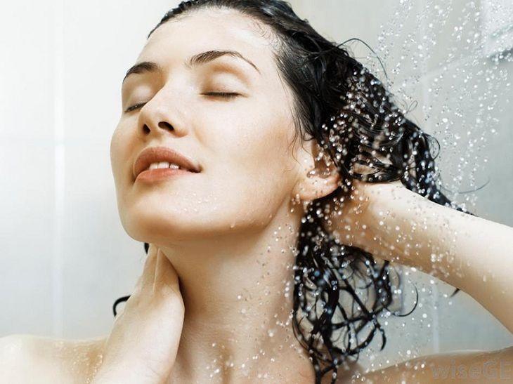 Tắm gội bằng nước mát để giảm triệu chứng của vảy nến