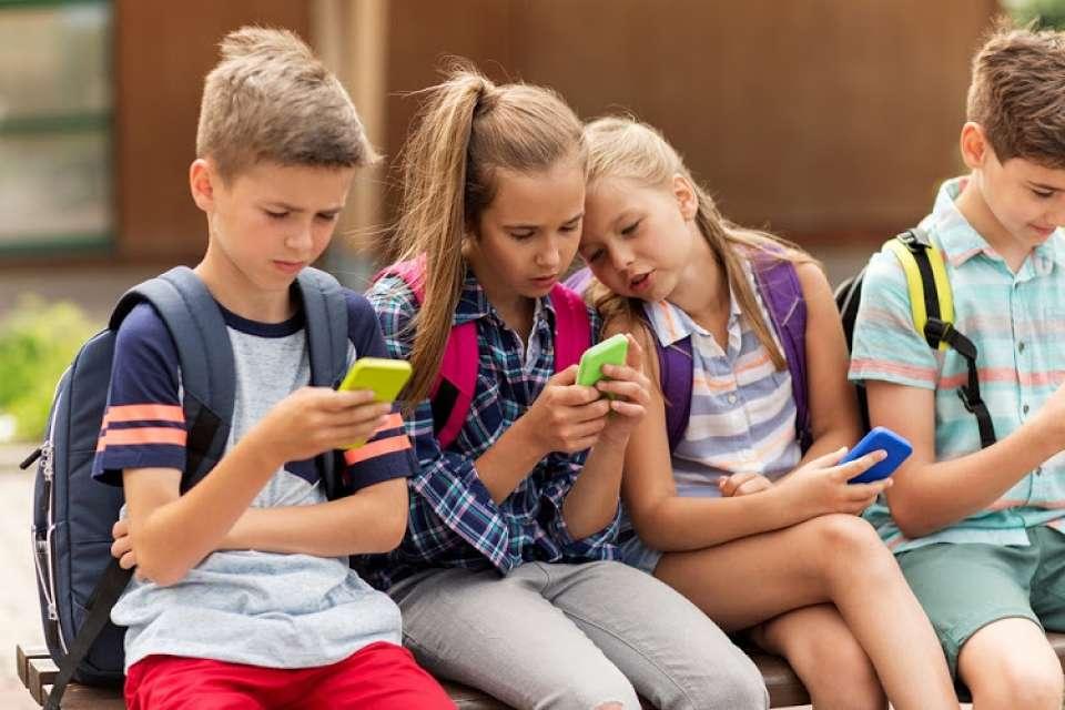 Nghiện smartphone là một trong những nguyên nhân chính gây thoái hóa đốt sống cổ ở người trẻ tuổi