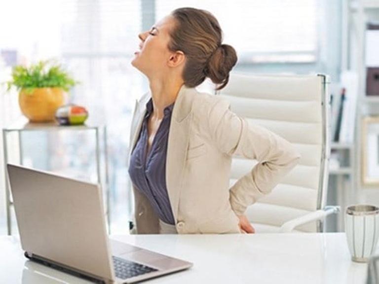 Nhân viên văn phòng, ngồi nhiều, ít vận động, ngày ngày ôm máy tính dễ có nguy cơ mắc bệnh thoái hóa cổ và lưng